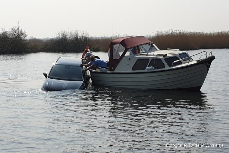 Handrem vergeten: auto rolt water in bij Burgerveen