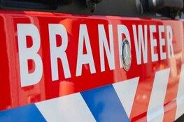 Schutting in brand in Aalsmeer: buurtbewoners proberen brand te blussen