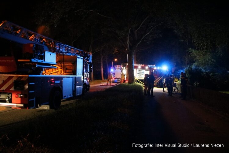 Brand in woning Aalsmeer: ambulancedienst helpt vier mensen