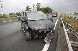 Automobilist belandt met bedrijfswagen in de vangrail langs A200 bij Halfweg