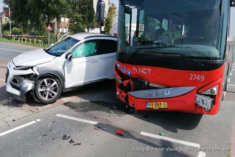 Auto en lijnbus zwaar beschadigd na botsing in De Kwakel