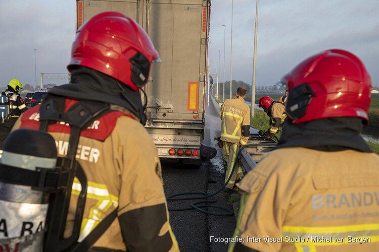 Oplegger van vrachtwagen vat vlam op de A9 bij Zwanenburg