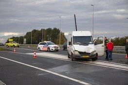 Busje botst op personenwagen op de A200 bij Halfweg