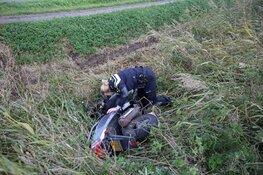 Scooterrijdster rijdt de berm in en raakt gewond