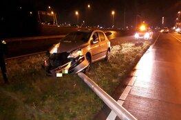 Automobilist rijdt lichtmast omver bij Schiphol