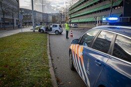 Vrouw gewond na botsing tegen lantaarnpaal op Schiphol