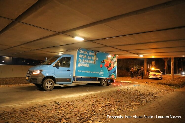 Boodschappenbezorger klem onder viaduct