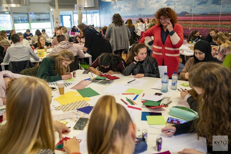 Studenten Nova College schrijven kerstkaarten voor ouderen