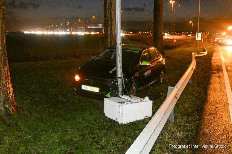Auto eindigt achter vangrail op de A4