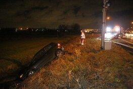 Auto slaat over de kop en belandt in sloot langs N205