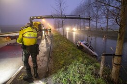 Auto belandt in water Nieuw-Vennep: twee inzittenden naar ziekenhuis