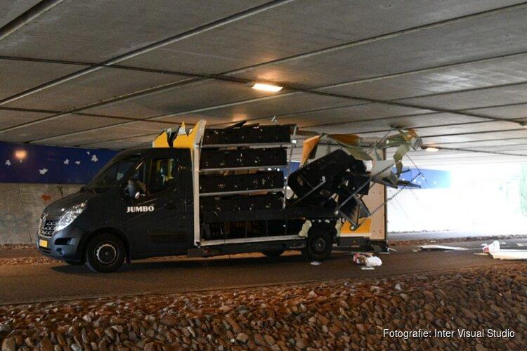 Het is wéér raak: bezorger rijdt opnieuw bestelwagen klem onder viaduct Aalsmeer