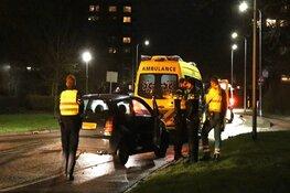 Auto botst tegen paal in Uithoorn