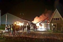 Grote brand legt loods in Boesingheliede in de as