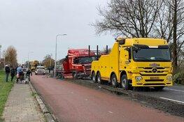 Vrachtwagen belandt in berm in Aalsmeer