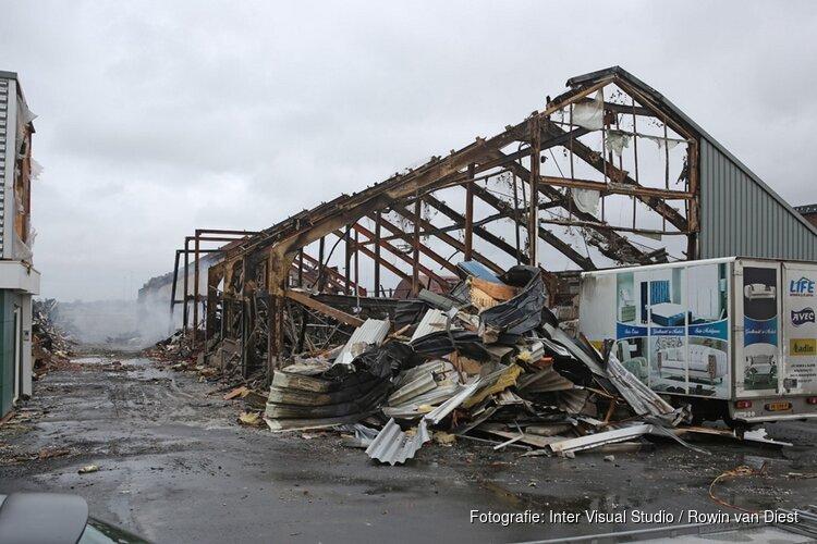 Schade aan door brand verwoeste loodsen goed zichtbaar in Boesingheliede