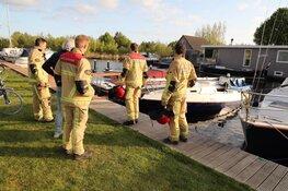 Zinkende boot in haven Aalsmeer