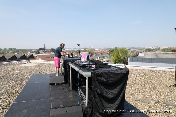 Lokaal radiostation verzorgt 'Woningsdaguitzending' vanaf dak in Aalsmeer