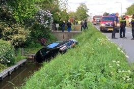 Auto te water aan Aalsmeerderweg