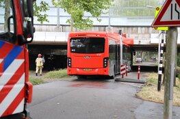 Lijnbus klem onder viaduct