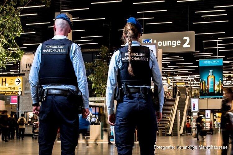 Man wordt boos om coronaboete en raakt slaags met boa op treinspoor Schiphol