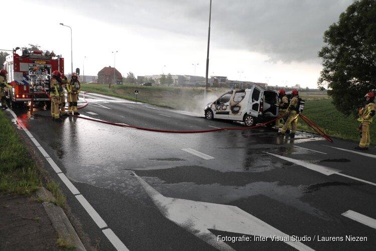 Auto vliegt in brand op Legmeerdijk