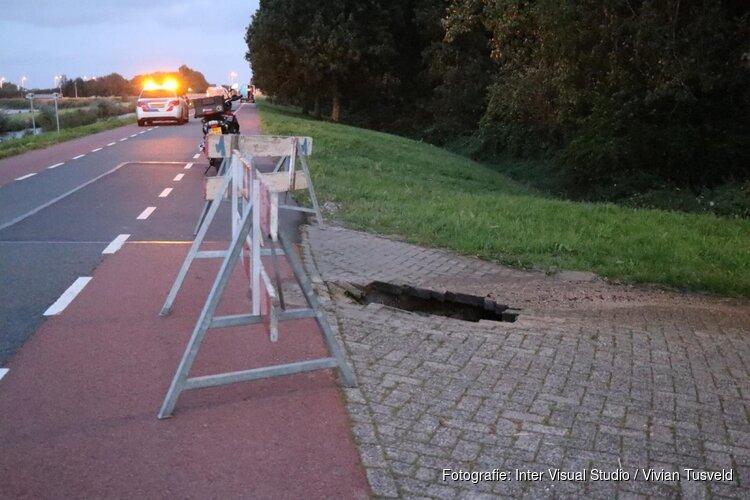 Hollandsche Dijk afgesloten vanwege sinkhole in weg