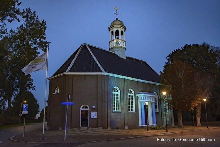 Vlaggen gemeentehuis en Thamerkerk kleuren blauw vanwege 75 jaar VN