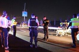 Auto crasht en vliegt in brand, omstanders redden bestuurder