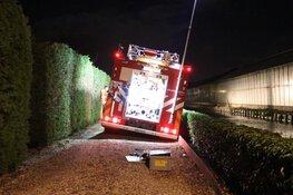 Brandweerwagens vast in modder
