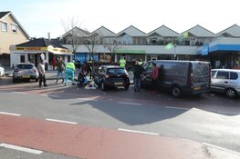 Auto rijdt twee voetgangers aan tijdens parkeren bij supermarkt