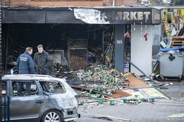 Enorme schade na brand bij Poolse supermarkt in Aalsmeer bij daglicht goed zichtbaar